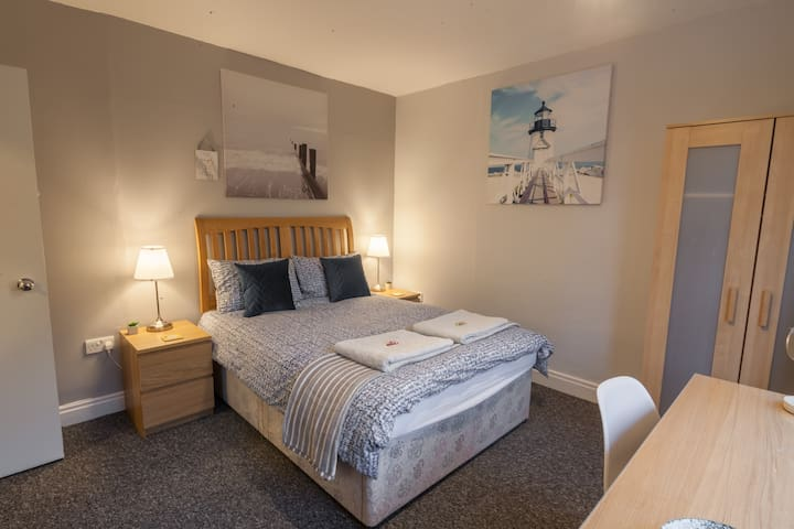 Wonderful room close to the centre + uni. Parking