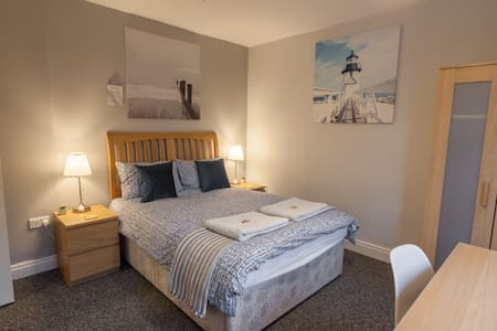 Wonderful room close to the centre and uni Parking