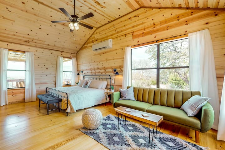 Newly constructed cabin w/ deck, firepit & Hill Country views - 1 dog OK!