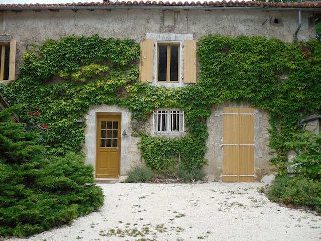 Grande Maison ancienne avec piscine sécurisée - Varaignes - วิลล่า