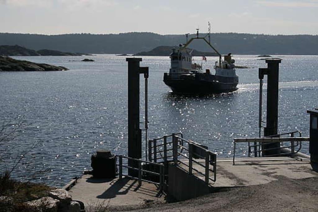 Atkomst med bilferje eller taxibåt, 10 minutter fra Kragerø sentrum. Se fjordbat.no for bilferjetider