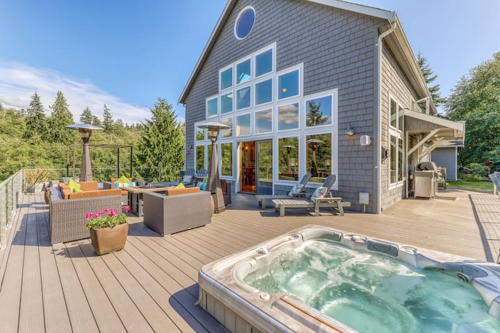 Dog-friendly 3-level house w/private hot tub, Ping-Pong table, deck, & more!