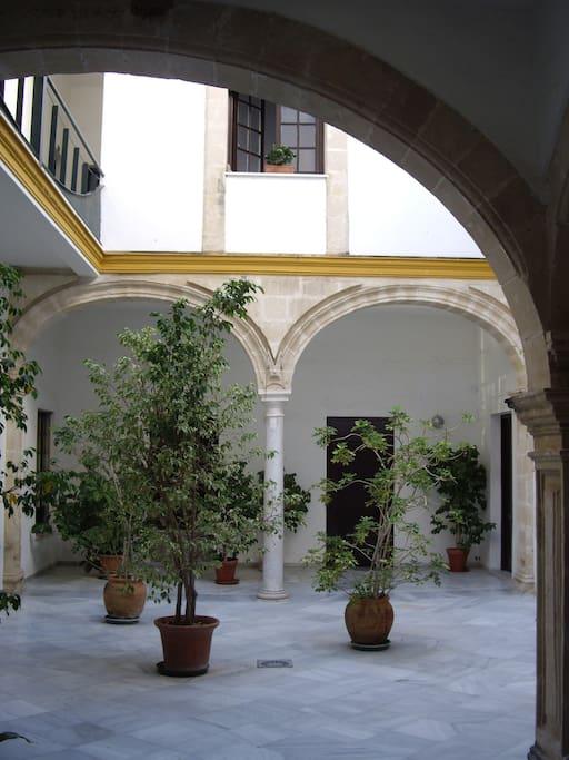 Apartamento en casa palacio apartamentos en alquiler en - Apartamento en el puerto de santa maria ...