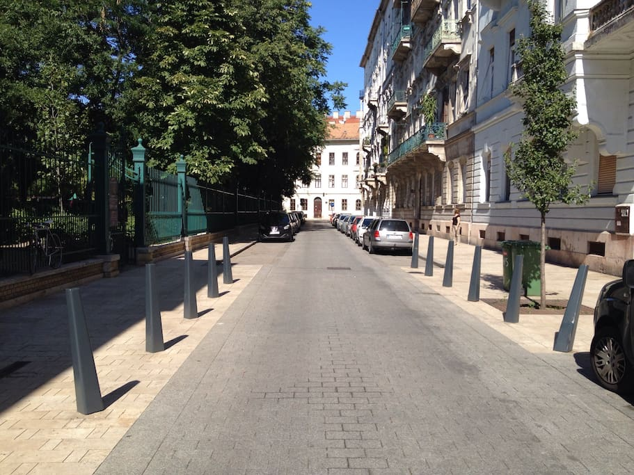 Street view (to the left: the Karolyi Garden, to the right: the building, behind: the University square/Egyetem ter, straight: the Magyar street)
