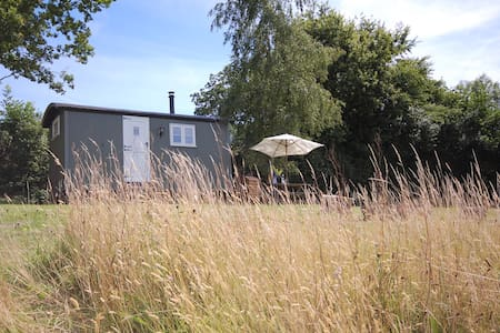 Luxury Shepherd's Hut with En Suite - Heathfield