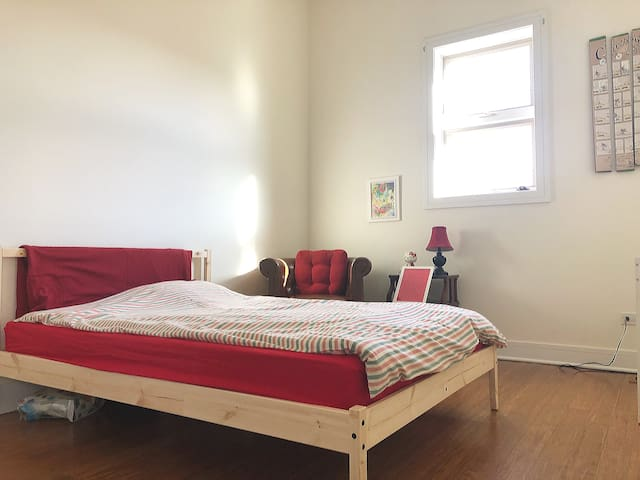 Private Bedroom free parking Downtown Pilsen UIC B
