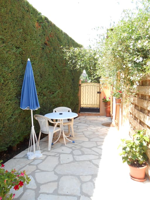Une jolie terrasse pour prendre un petit déjeuner au soleil et au calme