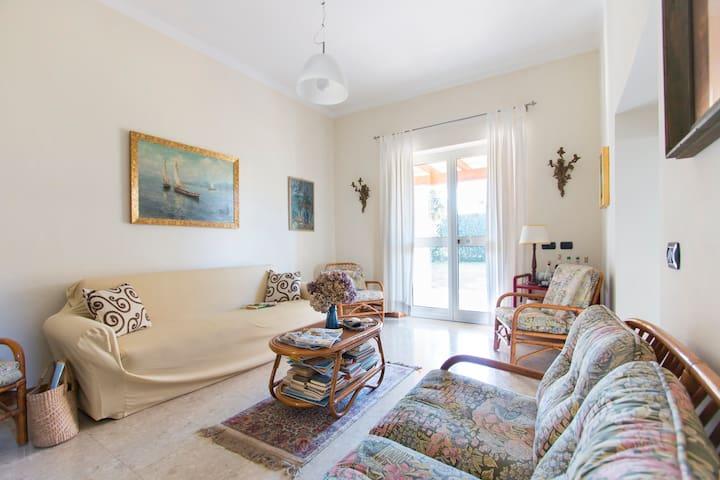 luminoso soggiorno con divani e poltroncine