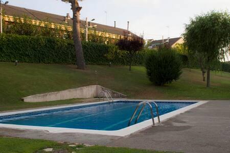 Casa Familiar con jardín-piscina - Casa