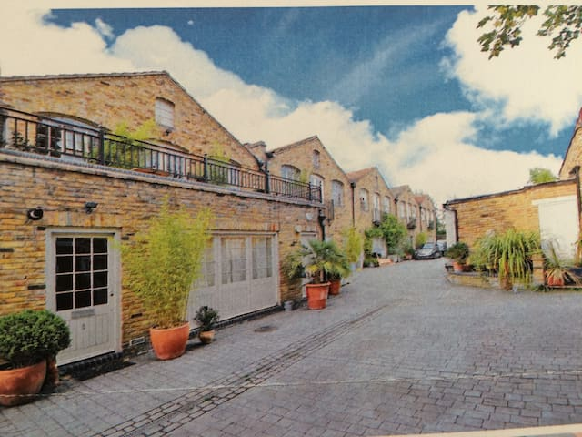 LOVELY ROOM/B-ROOM IN MODERN GATED MEWS HOUSE - Londyn - Dom