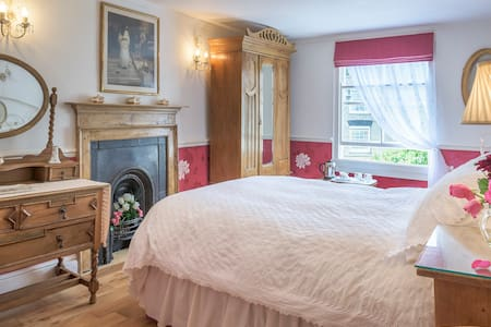 Armsyde B & B  'Isadora Cranberry' - Padstow - Bed & Breakfast