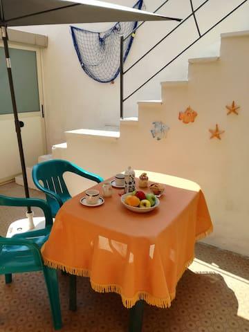 Casa vacanze con patio a pochi metri dal mare