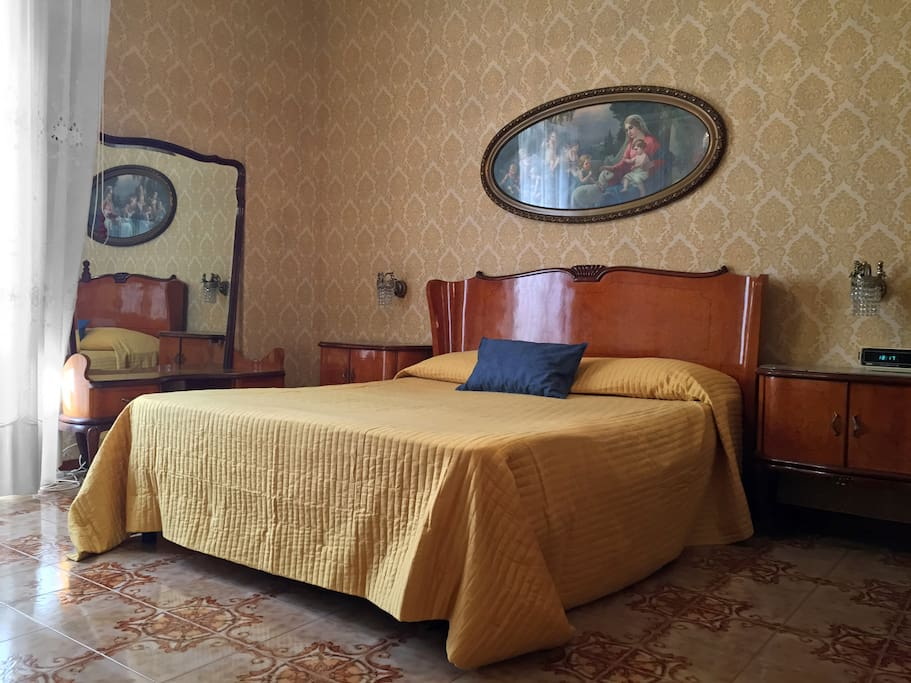 La camera da letto matrimoniale - The master bedroom
