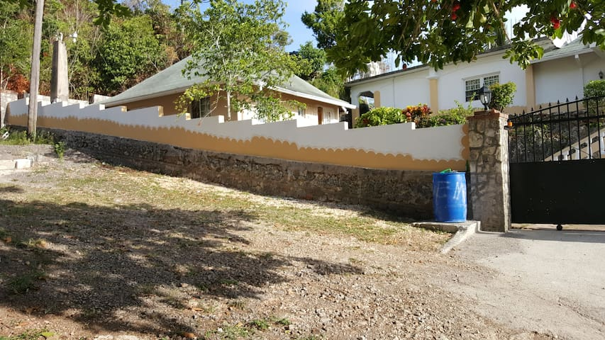 Charming 2 bedroom Cottage - Ocho Rios - Bungalow
