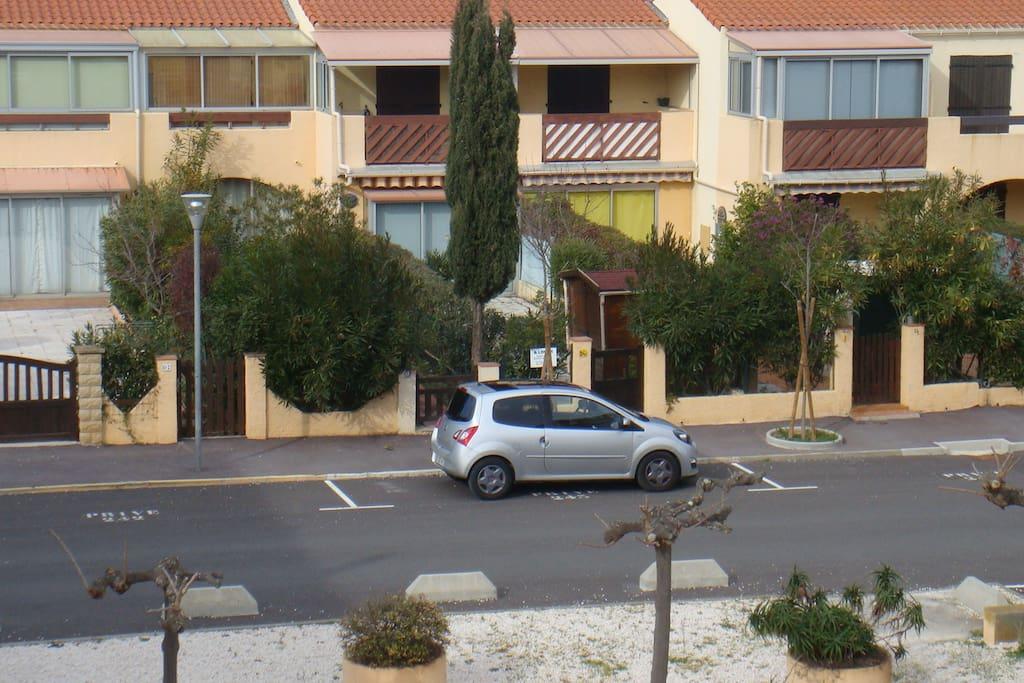 vue sur parking privé