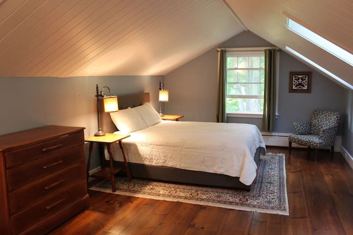 Beautiful Bedroom 5 min from Middlebury