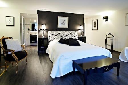 Jardins de Mazamet - Chambre Black & White - Mazamet - Bed & Breakfast