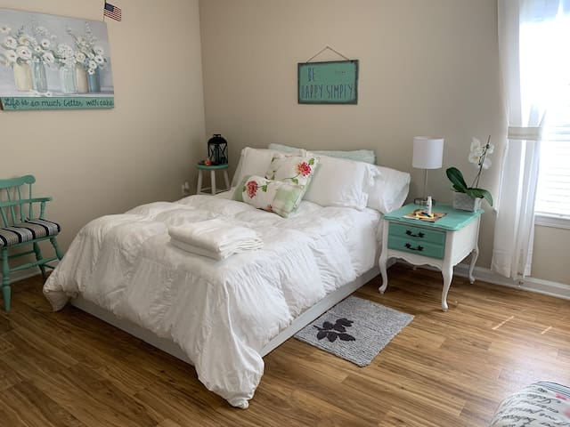 Antique style bedroom, olde town Bluffton, beach!