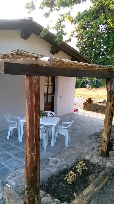 La casina del ciliegio è un cottage indipendente tutto al livello di campagna, con una grande aia esclusiva ombreggiata da un grande cliegio e da un pergolato