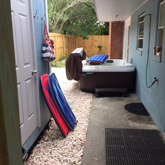 Private entryway outdoor shower, Jacuzzi tub and patio, safe storage for bikes, surf boards. This is your personal space for for visit. Please use the beach chairs and boogie board.