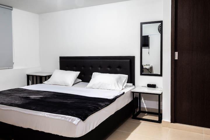 Huge Master Ensuite Room, Poblado Park, 40MB WiFi