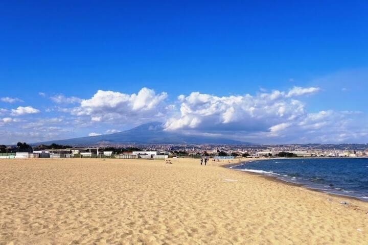 La Playa a circa 20 minuti da casa, sullo sfondo  il vulcano ETNA