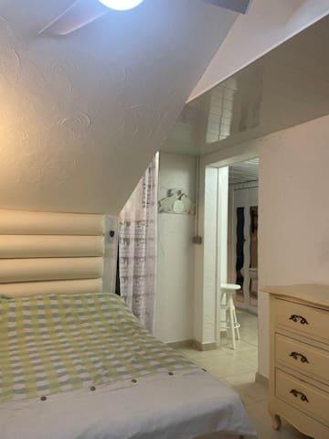 Chambre lit 2 places 140 cms et dressings