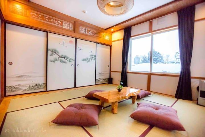 Tsuru (Crane) Tatami Room( sleep 2 people on futon mattress)