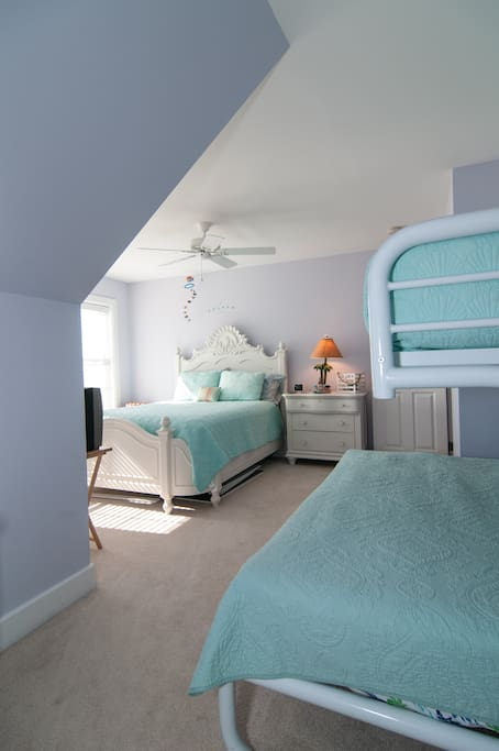 Upstairs bedroom with queen size, full size and twin beds