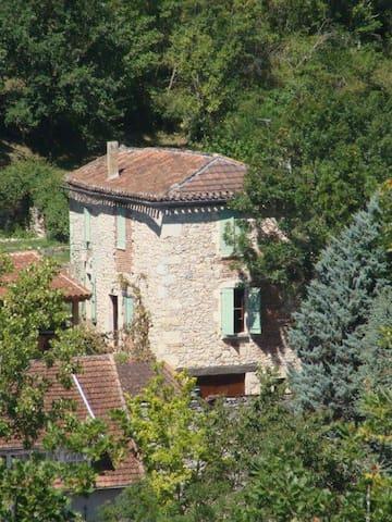 Maison charmante en pierres du pays / 6 personnes - Douelle - Huis