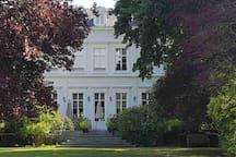 Façade arrière du Château avec sa grande terrasse surplombant la vue sur le magnifique parc aux arbres centenaires