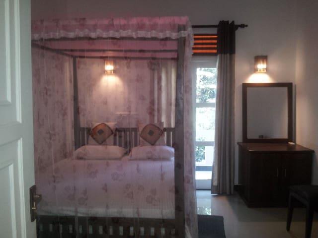 deluxe double room with hot water - Hambantota - Bed & Breakfast