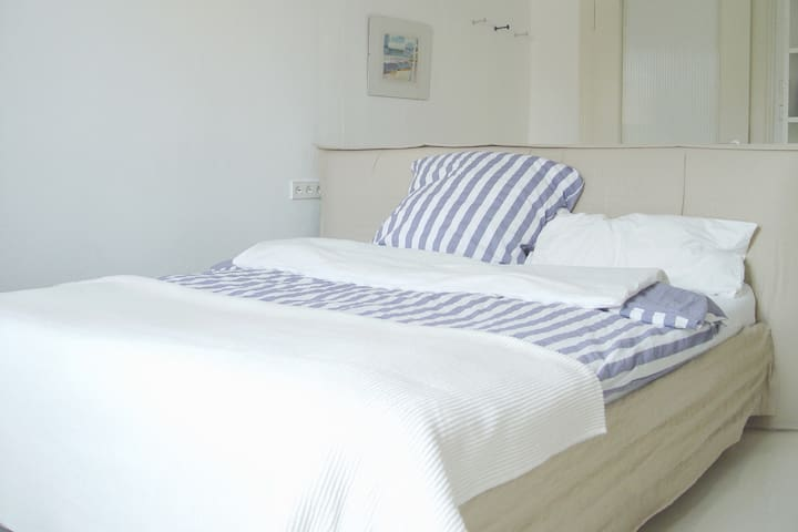 Queensize bed 180 x 200 for a comfortable sleep... your private room with five large windows (noice isolated windows) + floor central heating for your own needs. Breakfirst room and bath room are in the room next door.