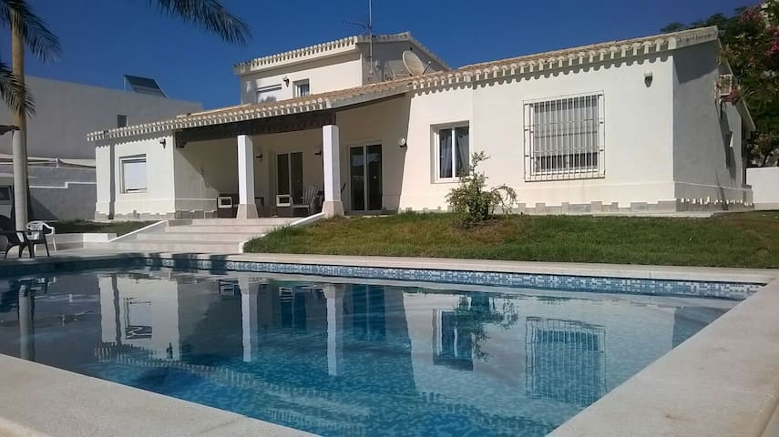VILLA MATHER en la playa con piscina y wifi libre