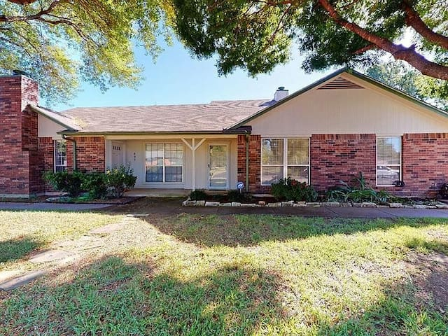 A stylish updated 3BR home by DFW with Cable/WiFi