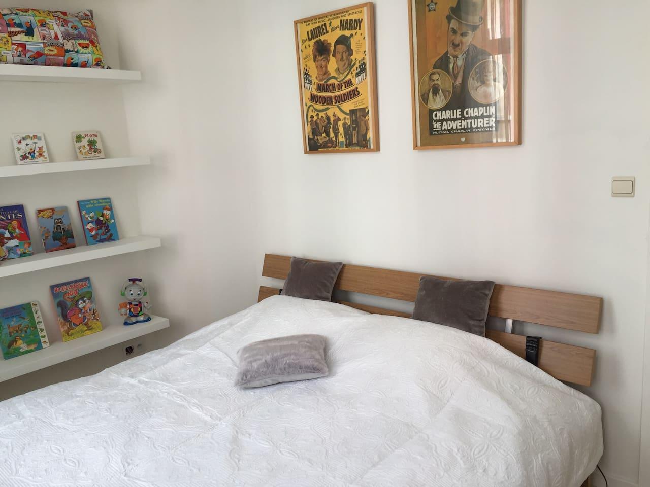 Gezellige slaapkamer met tweepersoonsbed (180x200 elektrisch verstelbare lattenbodem). Speelgoed en boekjes zijn aanwezig.