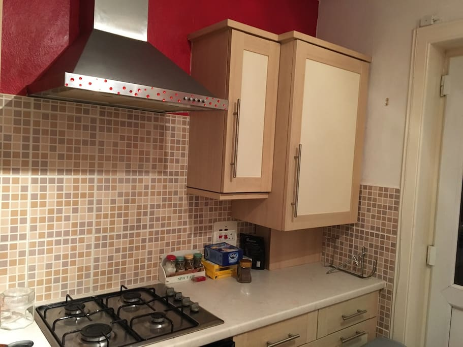 Spacious kitchen with gas cooker