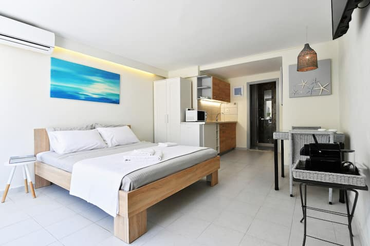 """""""Salty"""" New & Cozy Studio in the Heart of Naousa"""