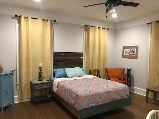 Separate Entrance Private Rm/Full Bath Kitchenette