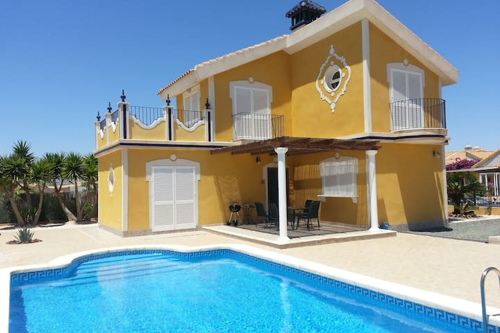 Casa Tejón verfügt über ein Privatschwimmbad und einen schön angelegten Garten