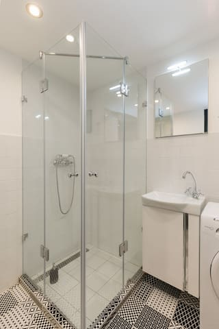 Spacious 90x90cm shower cabin in the bathroom