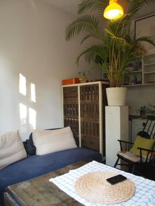 Raum mit Sofa, Tisch und Liegestuhl