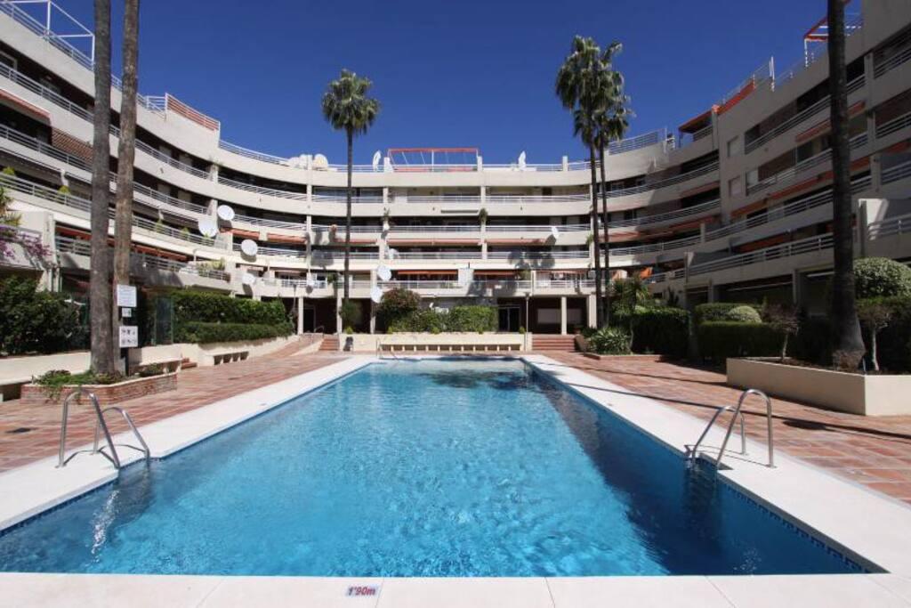 Marbella centro con piscinas y playa 2 min a pie for Apartamentos con piscina y playa
