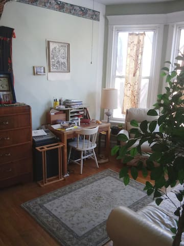 Cozy, quiet, artsy, vintage, queer-friendly room