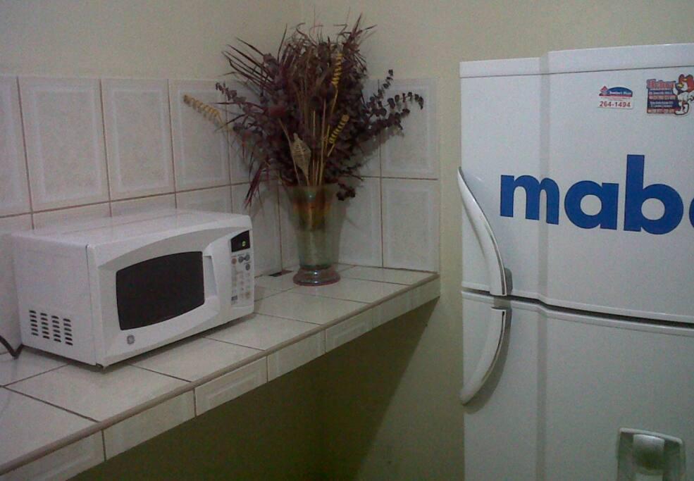 cocina con microondas, cocina y refrigeradora