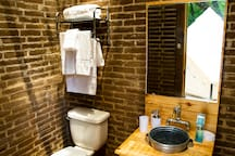 The deck where your tent is located counts with a complete bathroom for your exclusive use, with clean towels (La terraza donde está localizada tu carpa cuenta con un baño completo para tu uso exclusivo, con toallas limpias)