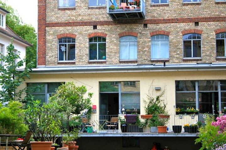 Blick vom Innenhof auf den Wohnungs-Eingang