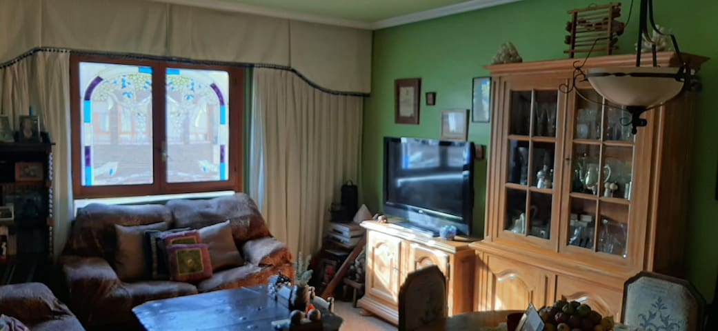 Habitación individual con armario y escritorio