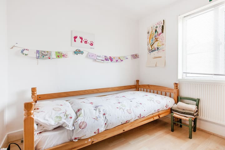 Cosy Single Room for Female in Charming Home