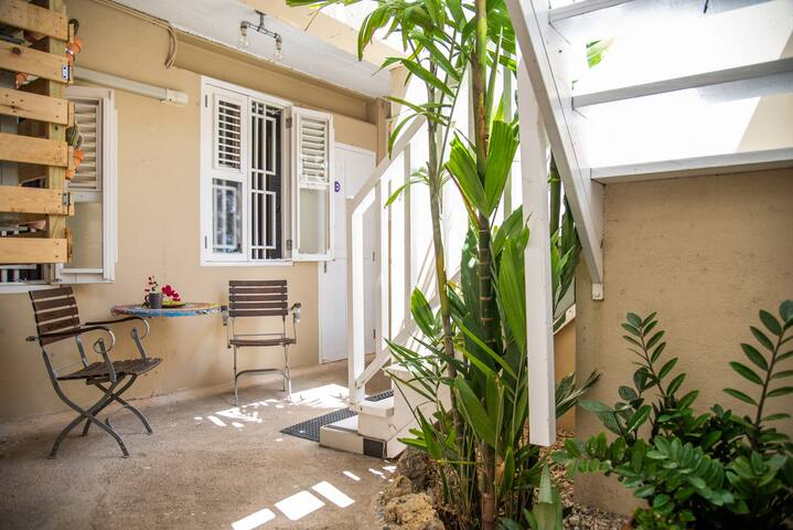 Homely studio near shops, restaurants & beach!